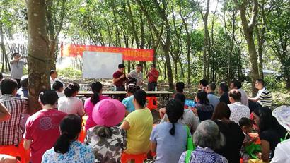 9月19日上午,儋州市科协在南丰镇油麻村委会举办种桑养蚕技术培训班